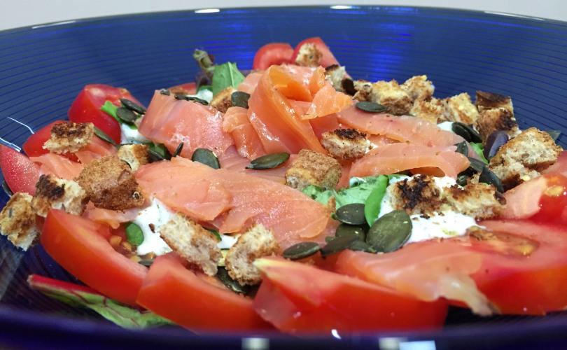 ensalada de salmon ahumado con salsa de yogur y eneldo